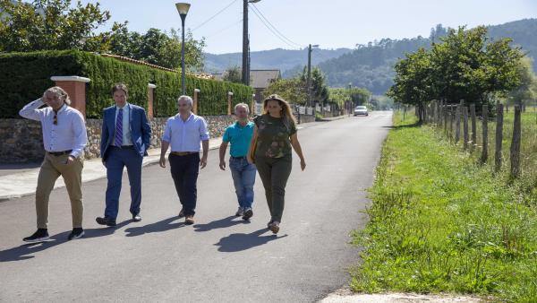 El consejero de Obras Públicas, Ordenación del Territorio y Urbanismo, José Luis Gochicoa, visita varias pavimentaciones cofinanciadas por el Gobierno de Cantabria en Guriezo