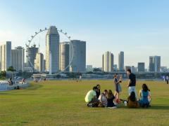 Jóvenes en el césped en Singapur