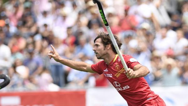 Pau Quemada celebra un gol con la selección española de hockey sobre hierba.