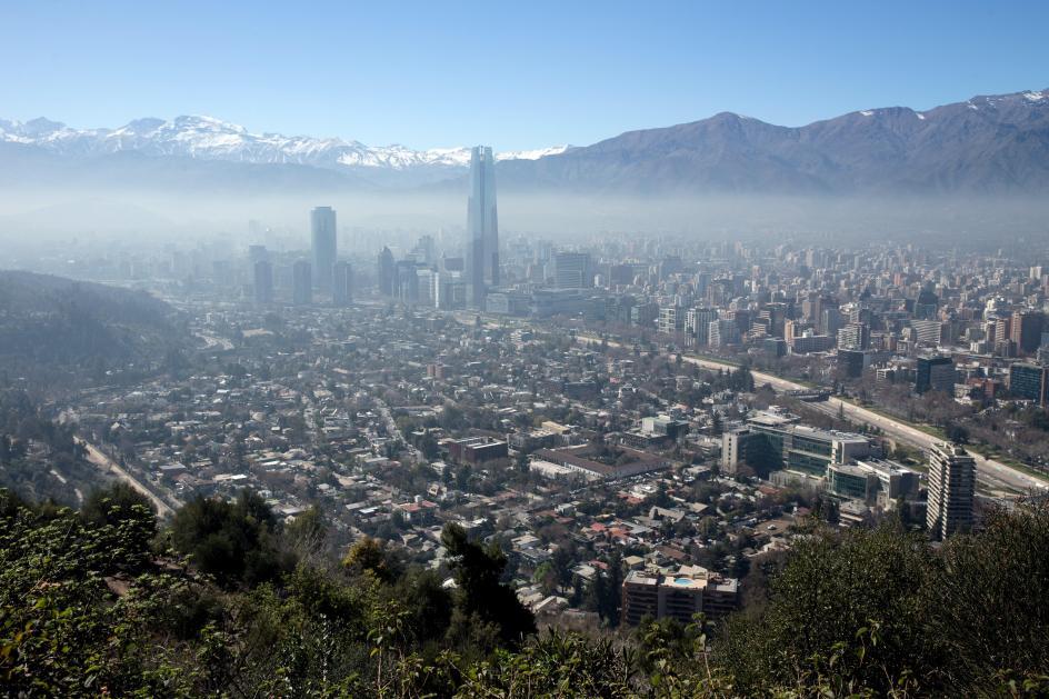 Neblina en Santiago. Vista panorámica de la ciudad de Santiago (Chile).