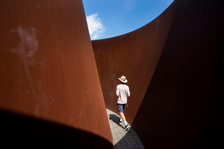 Arte desde dentro. Un visitante camina a través de la escultura de Richard Serra 'Sylvester', en el Museo Glenstone en Potomac, Maryland (EE UU).