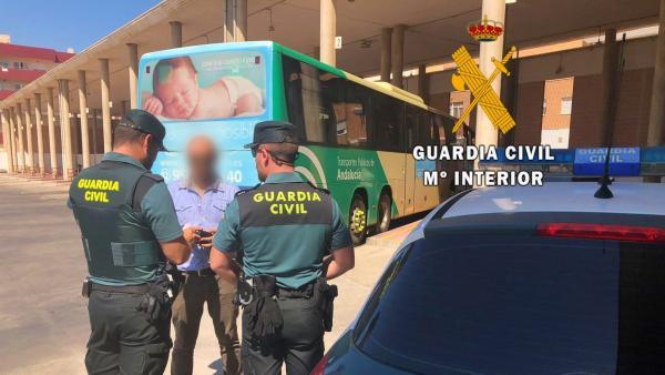 Dos agentes de Guardia Civil en la estación de autobuses de El Ejido (Almería)