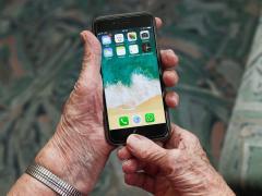 Un anciano utilizando un móvil