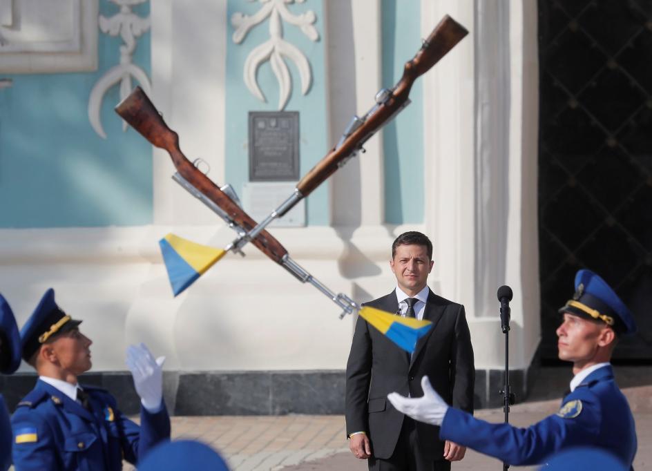 Rifles al vuelo. El presidente ucraniano Volodymyr Zelensky observa un ejercicio de la Guardia de Honor, durante la celebración del Día de la Bandera Nacional en la plaza de Santa Sofía, en Kiev.