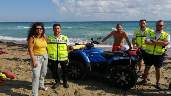 La consejera de Transparencia, Participación y Administración Pública, Beatriz Ballesteros, junto a integrantes de Protección Civil de Cartagena, durante el simulacro de rescate en el mar
