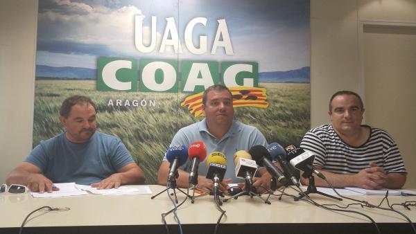 El secretario general de la UAGA, José María Alcubierre, y los co-responsables del Sector Fruta UAGA, Óscar Moret y Alberto Ortego, este viernes en la Oficina Regional de la organización en Zaragoza.