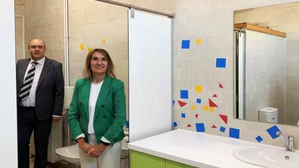 La consejera de Educación, Rocío Lucas, en uno de los baños habilitados por la Junta para niños con necesidades educativas especiales en el CEIP Federico García Lorca de Valladolid.