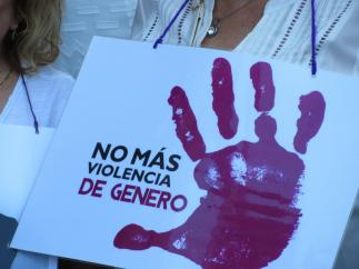 Cartel portado por una mujer en una concentración contra la violencia machista.