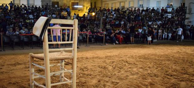 Silla y gorro en homenaje a Miguel Nieto en Zalamea de la Serena