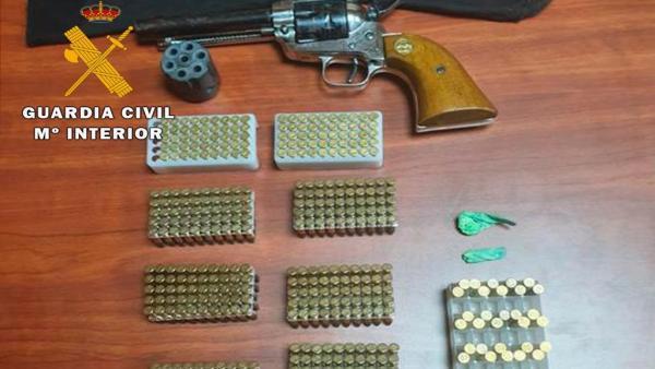 Revólver y munición intervenidas por la Guardia Civil.