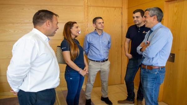 El vicepresidente de Cantabria, Pablo Zuloaga, recibe a Sara Fernández y Efrén Llarena, campeones de Europa junior de rallies
