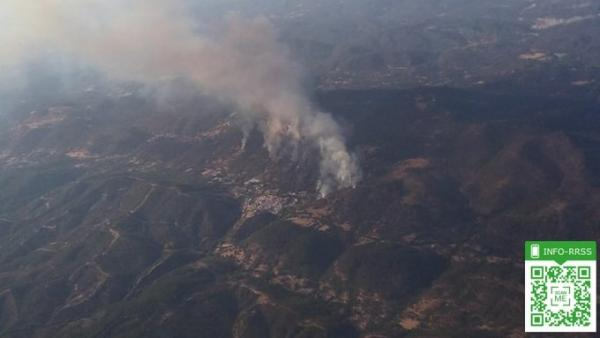 Imagen aérea del incendio de Almonaster la Real (Huelva).