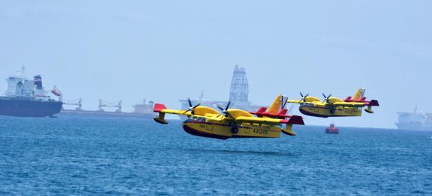 Dos hidroaviones, trabajan en las labores de extinción del incendio de la isla de Gran Canaria.