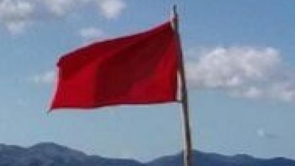 Bandera roja en la playa de Concha-Compostela (Vilagarcía de Arousa, Pontevedra)