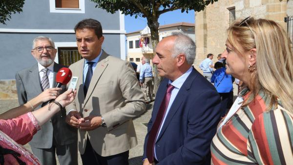 Ibáñez atiende a los medios hoy en Miraveche.