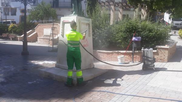 Operario limpia estatua de Almendros Aguilar de Jaén