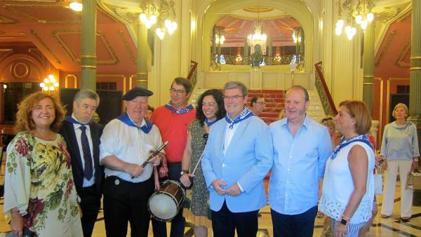 Entrega de los Acrósticos de Bilbao, con la presencia del alcalde, Juan María Aburto, y los premiados Gurutze Beitia, Josu Ormaetxe y Mikel Bilbao.