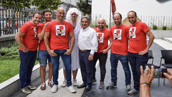 El presidente de Cantabria, Miguel Ángel Revilla, rodeado de un grupo de riojanos de despedida de soltero en Santander