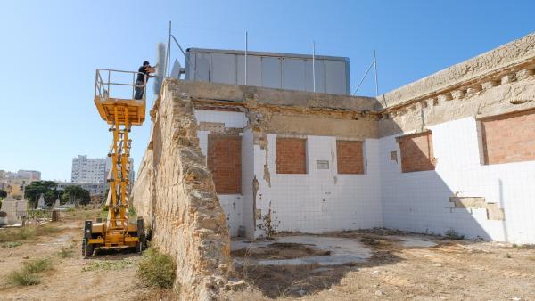 El Ayuntamiento de Cádiz colaca un vallado en un tramo del muro de cerramiento del antiguo cementerio de San José