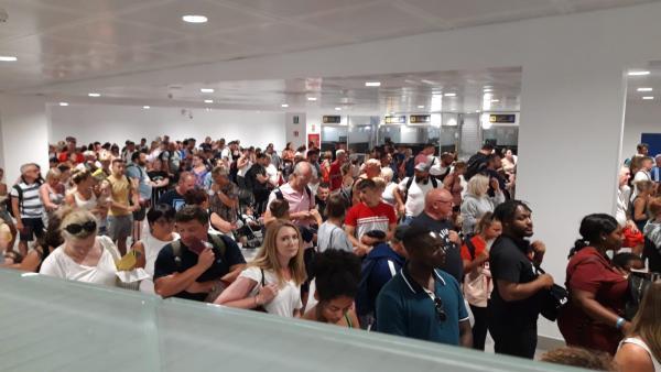 Colas en el control de pasaportes del aeropuerto de Palma.