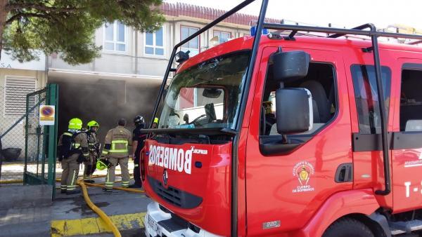 Efectivos de Bomberos de Zaragoza trabajan en la extinción del incendio de una nave de FCC en el Polígono El Pilar.
