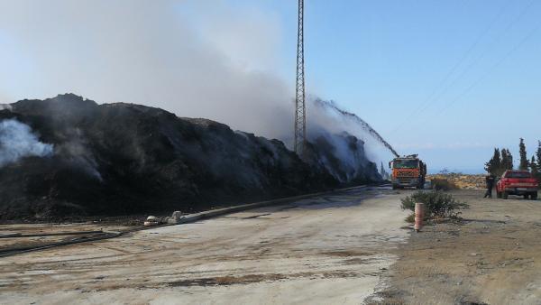 Camión de bomberos refresca la zona del incendio