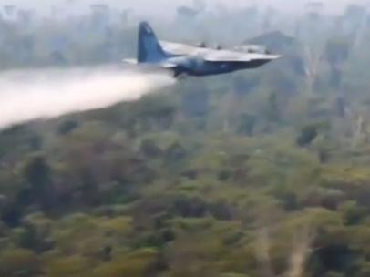 Avión lanza agua en un incendio en la selva amazónica