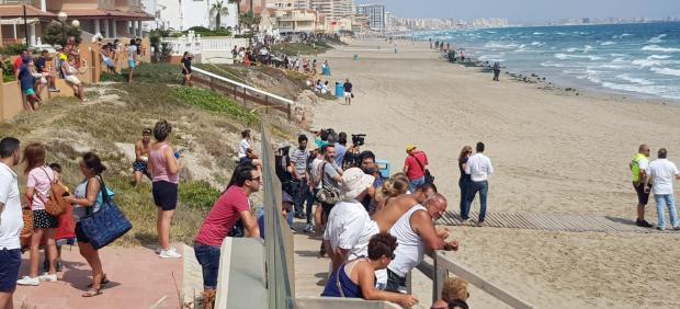 Vecinos y bañistas en La Manga del Mar Menor (Murcia)