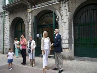 El consejero de Sanidad Miguel Rodríguez con la alcaldesa de Castro Susana Herrán