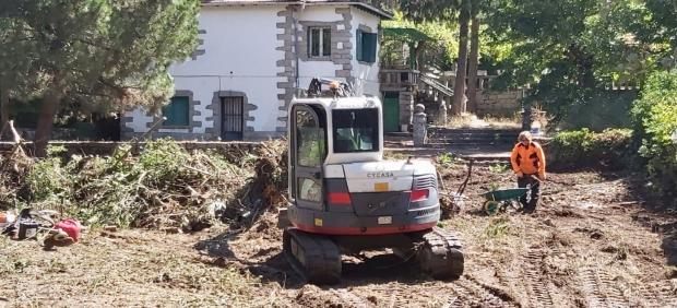 Trabajos de limpieza en la zona afectada por la riada de Las Navas del Marqués (Ávila).