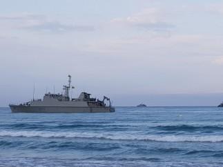 El cazaminas Turia, varado frente a la costa de La Manga del Mar Menor