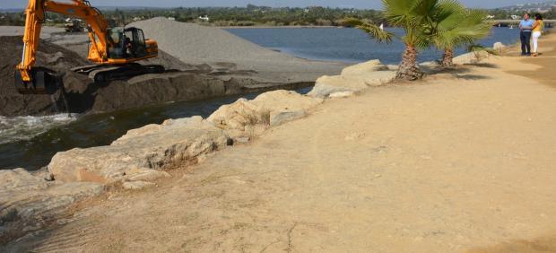 Labores de reapertura de la desembocadura del río Guadiaro