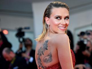 Scarlett tatuada