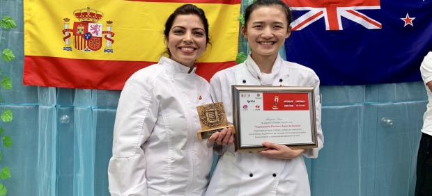 La concursante Shuyun Chen (dcha), ganadora del I Concurso de Tapas de Oceanía.
