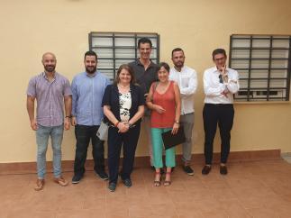 La concejala de Acción Social, Julia Llopis, con los concejales de los diversos partidos que han recorrido las instalaciones del CAI.