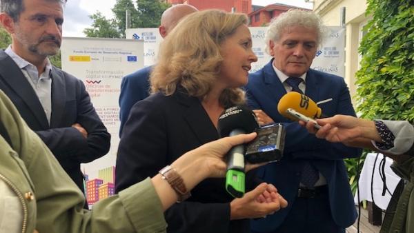 La ministra de Economía y Empresa, Nadia Calviño, y el presidente de la Asociación de Empresarios de Hostelería de Cantabria (AEHC), Ángel Cuevas