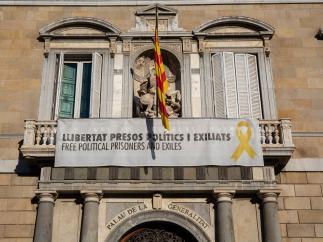 Pancarta y lazo amarillo en la Generalitat (Archivo)