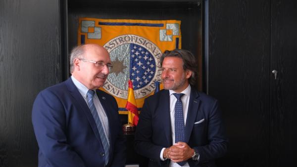 El director del IAC, Rafael Rebolo, conversa con el presidente del Parlamento, Gustavo Matos