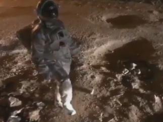 Se queja del nefasto estado de las carreteras como si fuera un astronauta en Marte