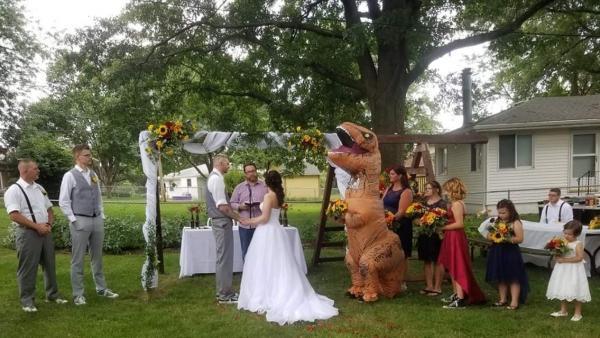 Un T-Rex en una boda