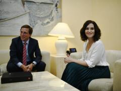 El alcalde de Madrid, José Luis Martínez-Almeida y la presidenta de la Comunidad de Madrid, Isabel Díaz Ayuso durante su reunión para fomentar la colaboración entre ambas administraciones.