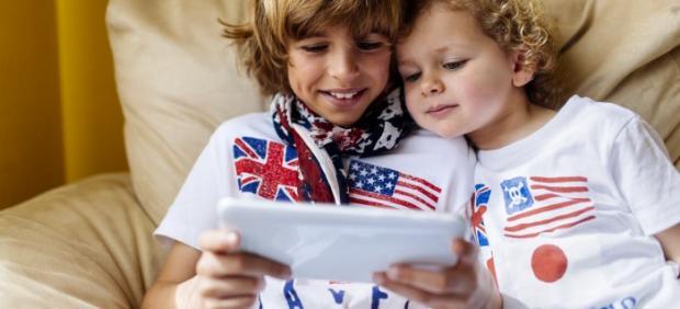 Dos niños usan una 'tablet'