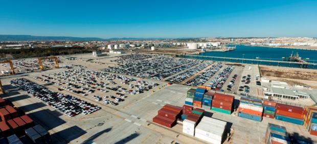 Vista aérea del tráfico de vehículos operado por el Puerto de Tarragona desde el muelle de Andalucía