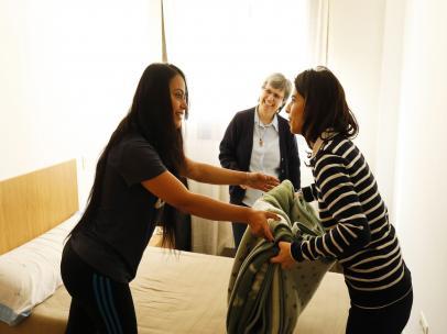 Dos mujeres en una vivienda para personas sin hogar