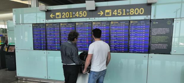Pasajeros en el Aeropuerto de Barcelona-El Prat en una jornada de huelga del personal de tierra de Iberia (archivo)