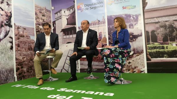 De izquierda a derecha el alcalde de Riaza, Benjamín Cerezo; el presidente de la Diputación, Miguel Ángel de Vicente, y la diputada de Prodestur, Magdalena Rodríguez, presentan el IV Fin de Semana del Turismo de Segovia