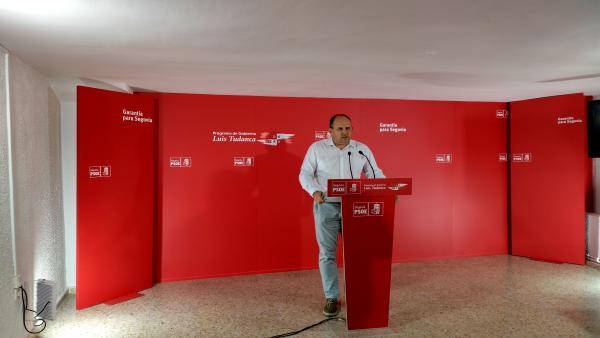 El secretario general del PSOE en Segovia, Jose Luís Aceves, en el atril de la sede del partido de la capital segoviana.