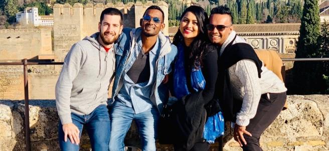 Avi Aryaan con su novio Adrián y unos amigos de Fiyi en Granada.