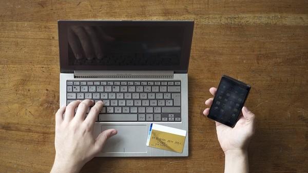 Una persona accediendo a su cuenta bancaria online