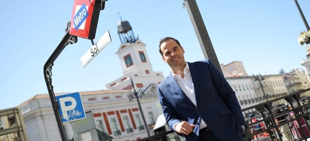 Ignacio Aguado, vicepresidente de la Comunidad de Madrid, posa frente a la sede del Gobierno regional en la Puerta del Sol.